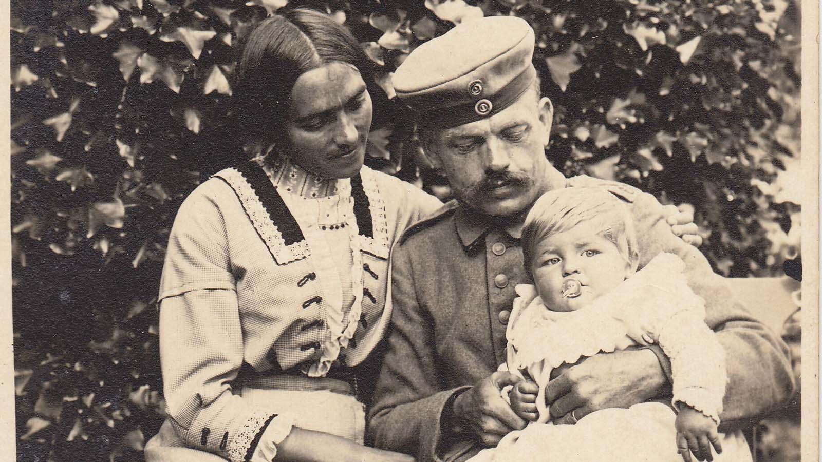 1915-emma-mit-josef-detail-sept.jpg