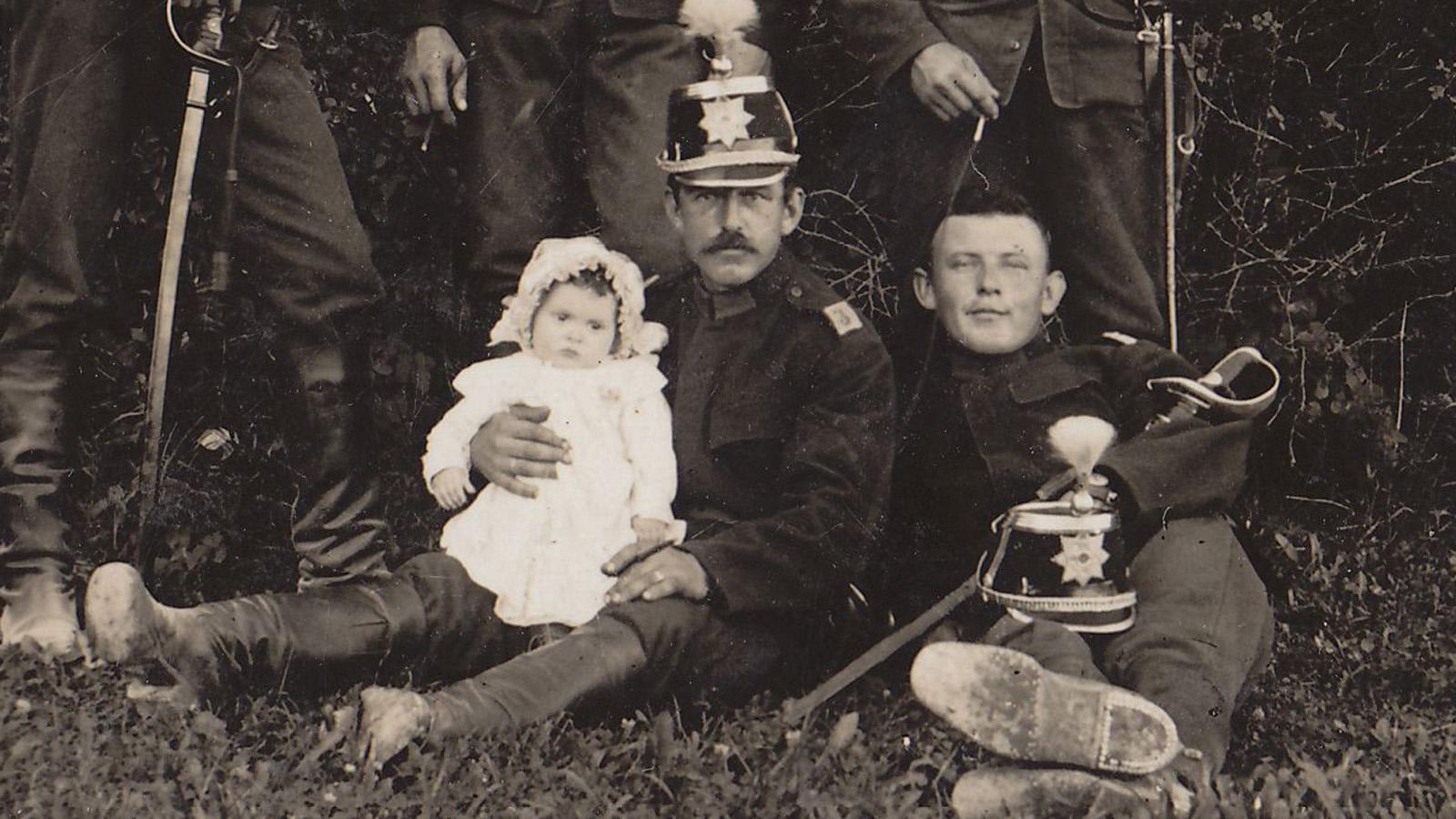 ohne-jahr-ch-soldaten-mit-baby-detail.jpg
