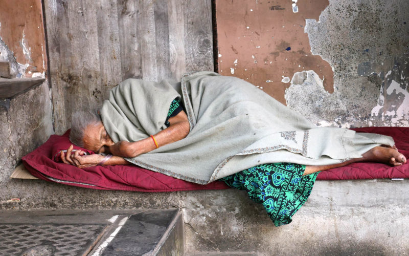 Schlafende Bettlerin in Mumbai